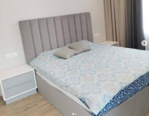 двухспальная кровать с подъемным механизмом и ортопедическим основанием